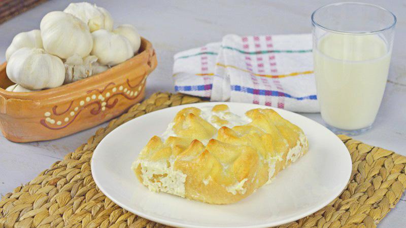 Видео рецепт: Сарамсаклии – Лиснато тесто со прелив од јогурт и лук