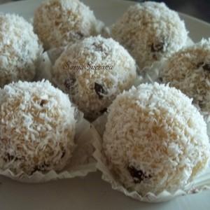 Посни бомбици со кокос и суво грозје