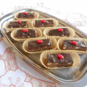 Чоколадни штангли врз лист обланда