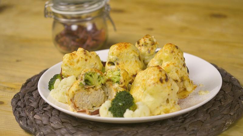 Видео рецепт: Пилешки ролнички со зеленчук во бешамел