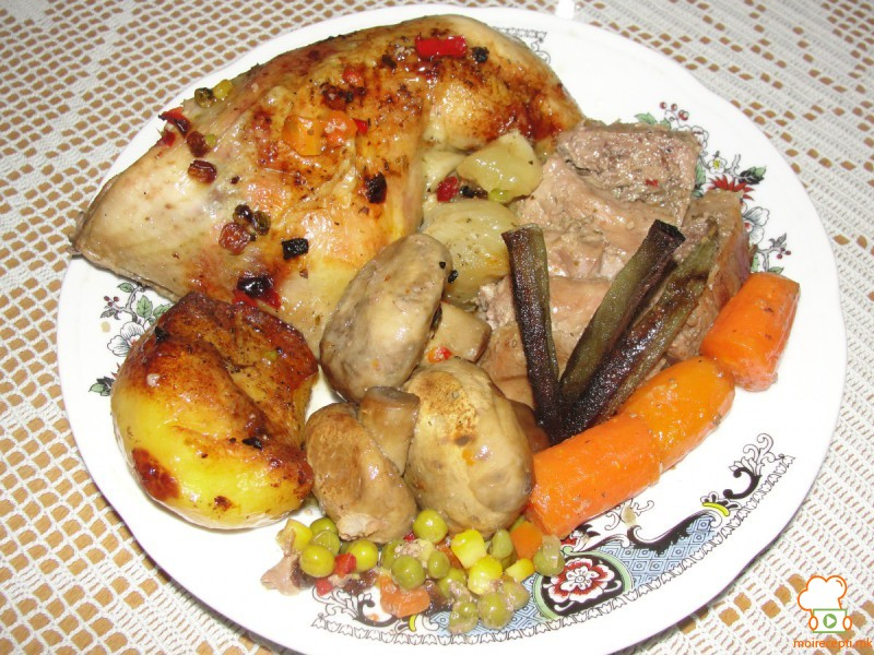 Батаци и свинско во зеленчук и шампињони