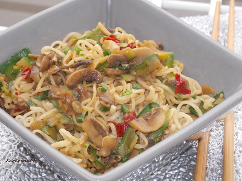 Нудли со тиквички и печурки на кинески начин