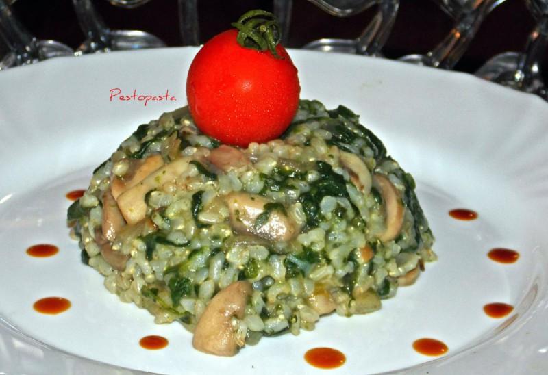 Рижото од интегрален ориз со спанаќ и печурки (посно)