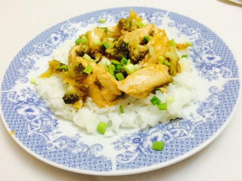 Слатко,зачинето и пржено пилешко со брокула на кинески начин