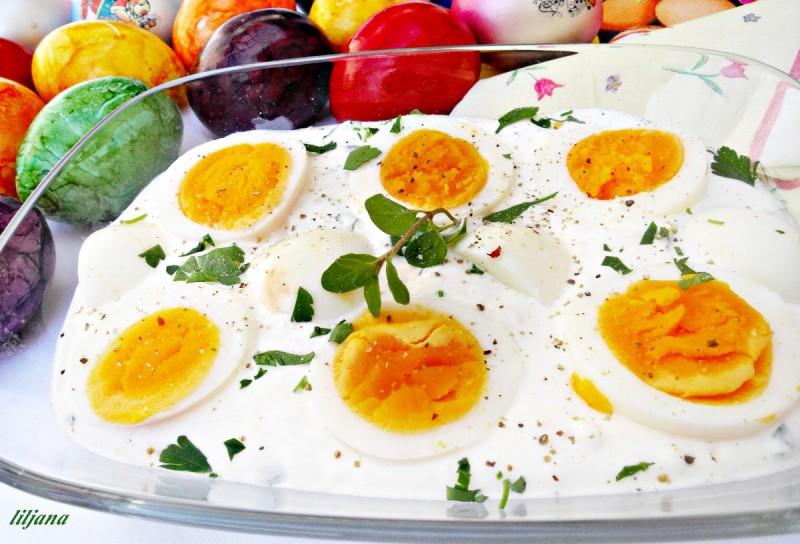 Варени јајца во сос