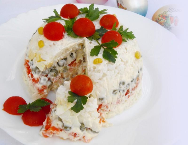 Салата со варени јајца, зеленчук и мајонез