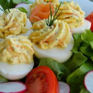 Полнети јајца со лосос и крем сирење