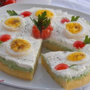Не печена торта со варени јајца и крема од грашок и аспарагус
