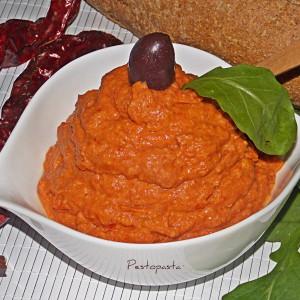 Хумус со суви пиперки и авокадо