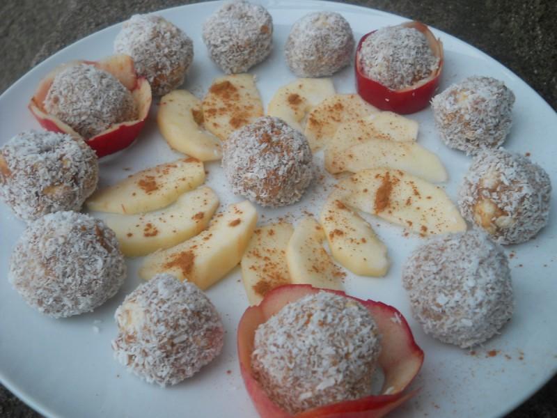 Бомбици со јаболка и сок од боровинки