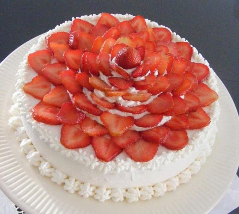 Бела торта со јагоди