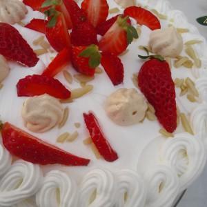 Павлова сладолед торта со јагоди