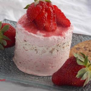 Леден десерт со јагоди и дигестивни бисквити
