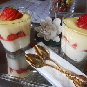Брз десерт во чаша со јагоди