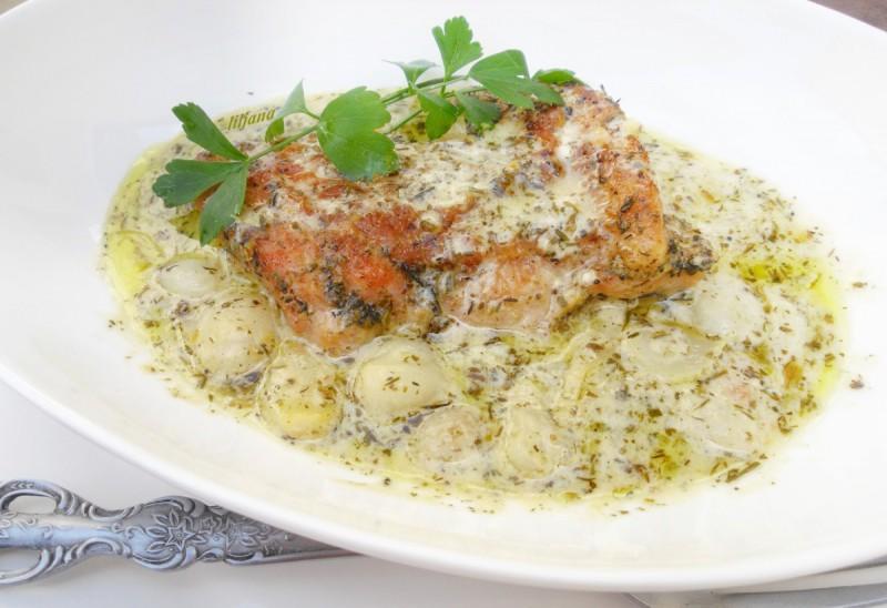 Пилешко во сос со лук
