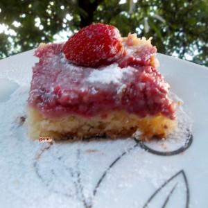 Превртен колач со јагоди