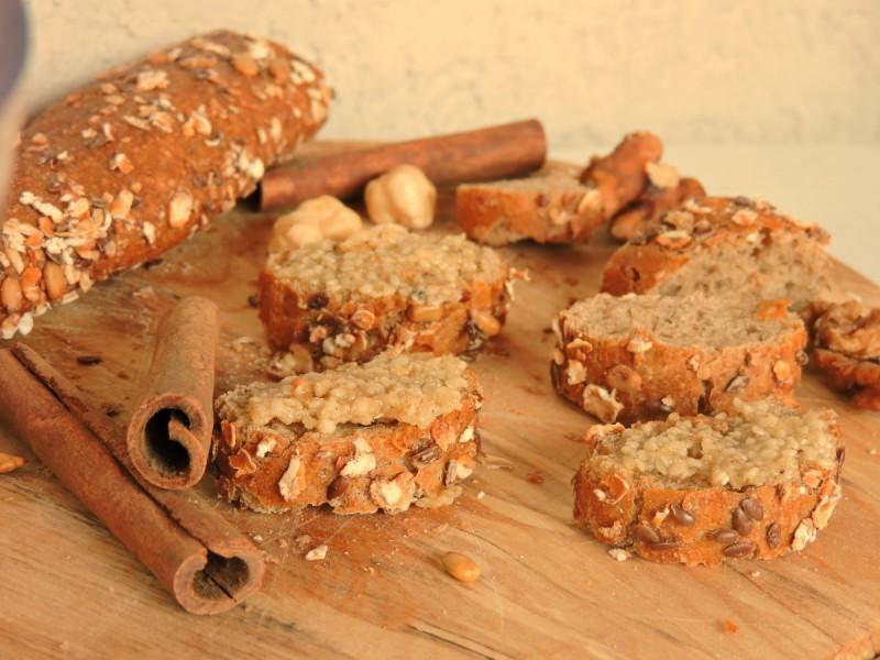 Сладок намаз од мед и сусам (сурово, посно)