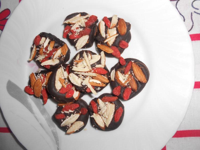 Чоколадни медаљони со гоџи бери и бадеми