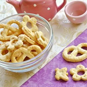 Пикантни переци со пармезан и сусам