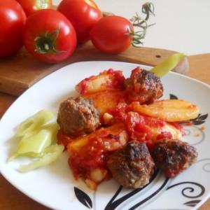 Ќофтиња со компир и сос од домати