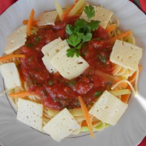 Шпагети со сос од домати, морков, тиквичка