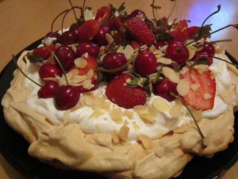 Павлова торта со ванила фил и овошје