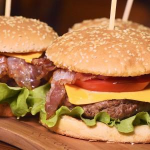 Видео рецепт: Најбрзиот бургер на светот