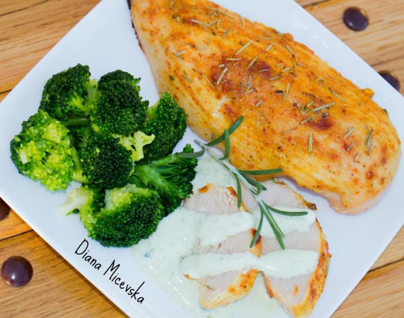 Сочно пилешко со рузмарин и прелив од брокула