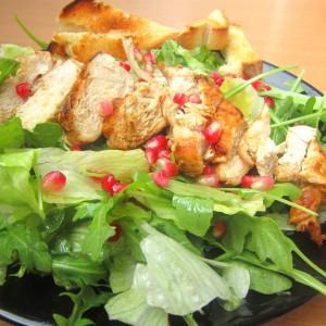Зелена салата со пилешко и калинка