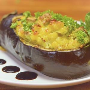 Видео рецепт: Модар патлиџан со тестенини и пилешко