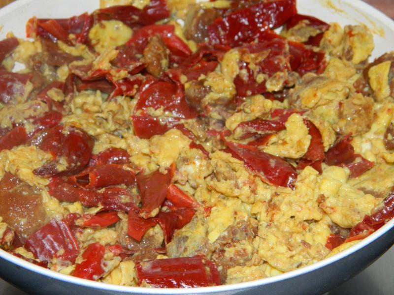 Кајгана со суви пиперки и пршки (чварки)