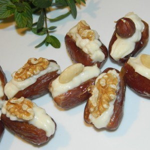 Полнети урми со крем сирење