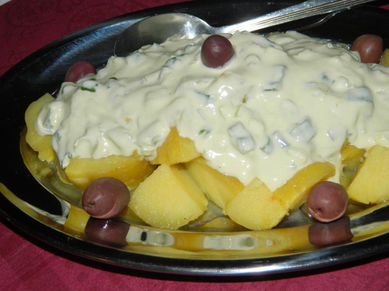 Компир салата со прелив од јогурт