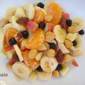 Овошна салата со мед и јаткасти плодови