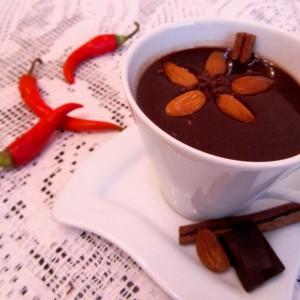Топло чоколадо со цимет и коњак
