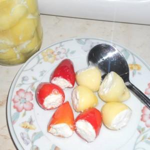 Пиперчиња полнети со изварка или сирење