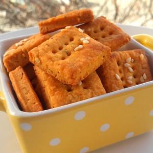 Домашни крекери со сирење и црвен пипер