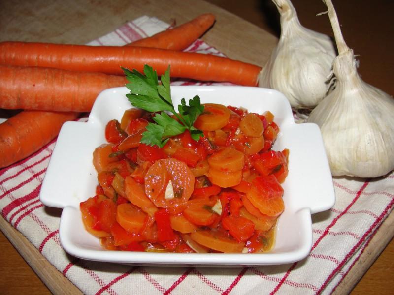 Салата од морков и пиперки (зимница)