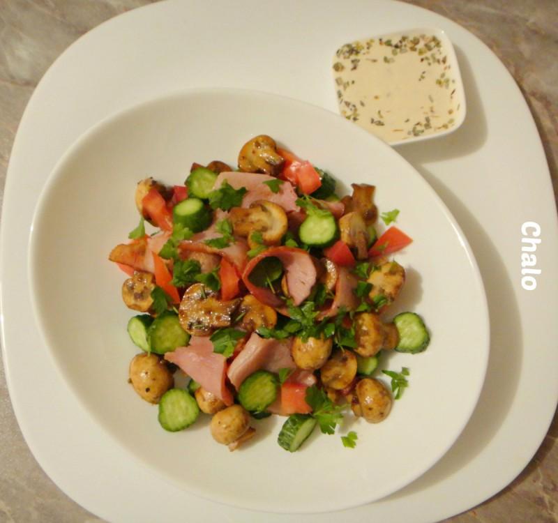 Салата со свежи печурки и чадена шунка
