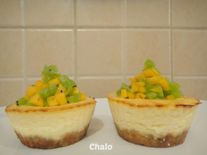 Мини чизкејк колачи со киви и манго
