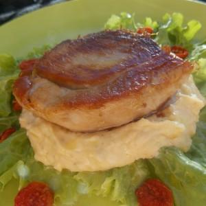 Свинско со пикантен сос од грав