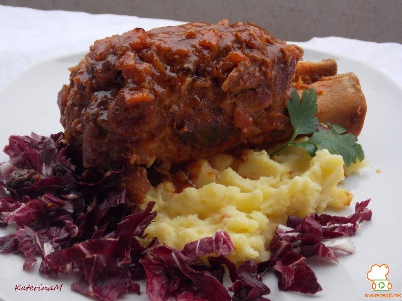Свинска коленица во доматен сос