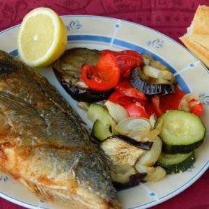 Риба со прилог од печен зеленчук