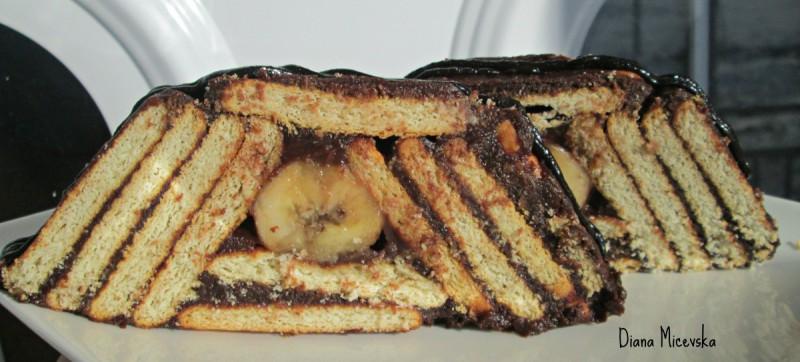Декоративен колач со бисквити и банани