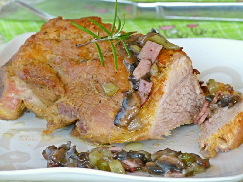 Свинска плешка со сос од печурки