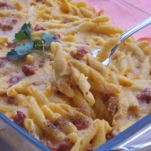 Запечена тестенина со свежи колбаси и крема од тиква