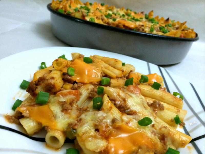 Потпечени тестенини со зеленчук и доматен сос