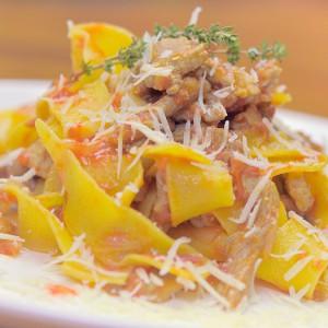 Видео рецепт: Генијално свинско рагу со тестенини