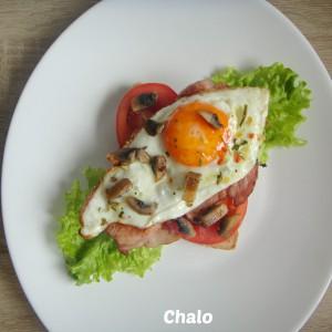Брз појадок со јајце, печурки и чадена шунка