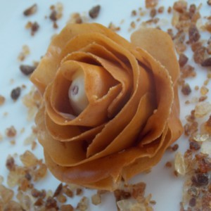 Јаготки во роза од карамела